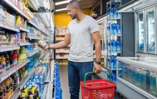 homem_no_supermercado_olhando_o_rotulo