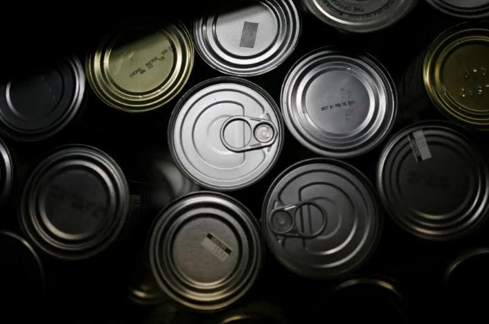 Especialistas afirmam que os bisfenóis, dos revestimentos das latas de alumínio, oferecem riscos. Foto: Kirsten Luce / The New York Times