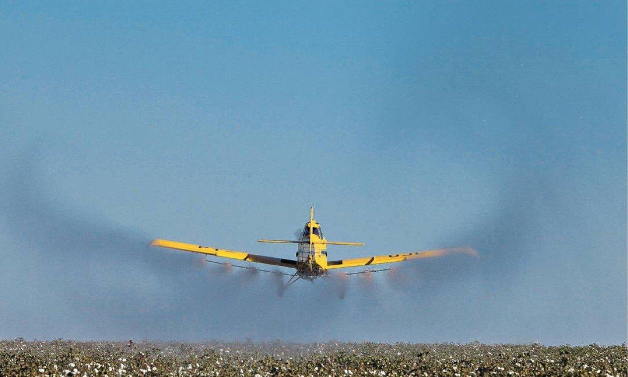 Pulverização de agrotóxico em Campo Verde: nos meses de plantio, um único avião chega a fazer de 16 a 20 voos por dia e percorrer 800 mil hectares   Foto: Marcos Alves / Agência O Globo/8-8-2012